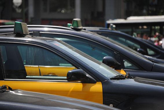 """El taxi de BCN critica la situación """"inhumana"""" del aeropuerto"""