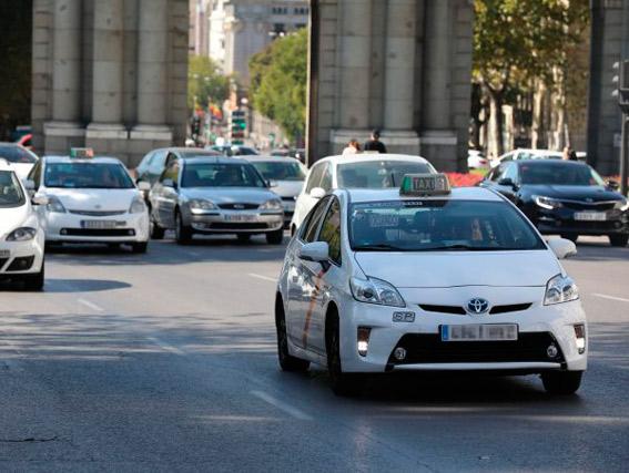 La no publicación de la Ordenanza inquieta al taxi madrileño