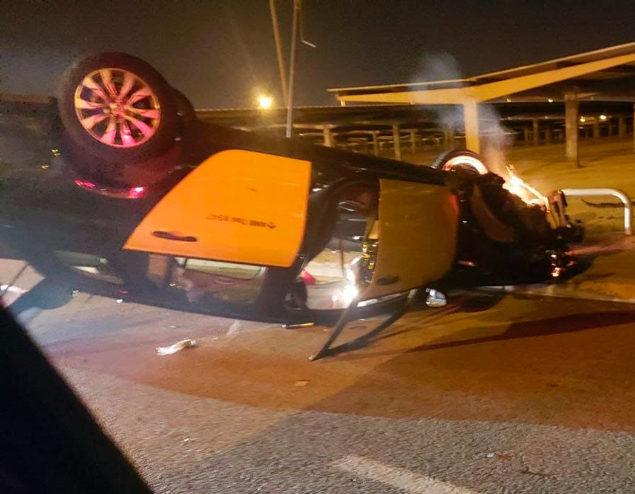 Un taxi vuelca en la Terminal 2 del aeropuerto del Prat